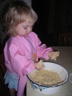 Диана мешает густое тесто 2008