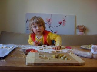 Диана вырезает фигурки 2010