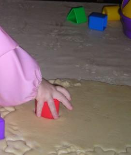 Диана вырезает фигурки формочками 2008