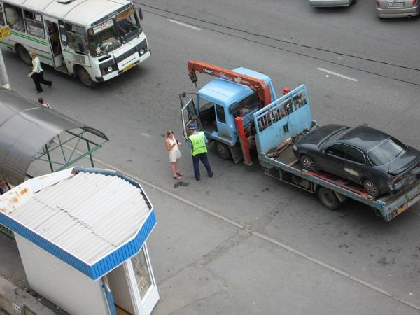 хозяйка авто разговаривает с ментом