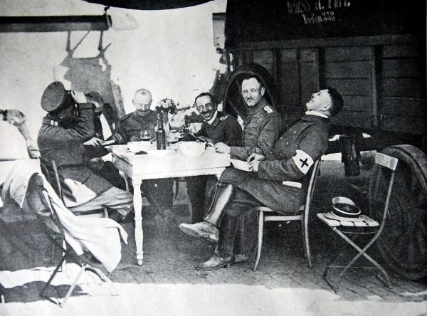 Германские офицеры завтиракают в Льеже после его разграбления