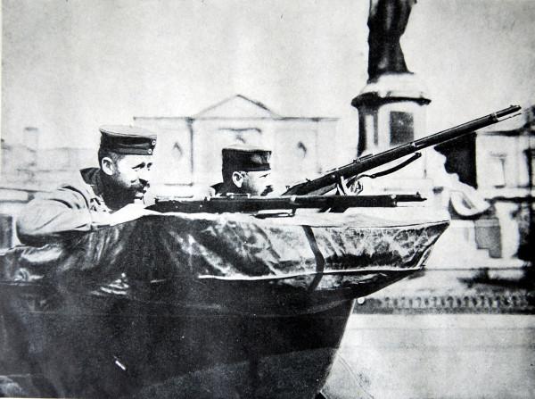 На улицах Льежа. Немецкие солдаты на автомобиле ожидают атки бельгийцев