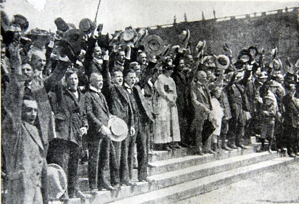 Манифестация перед дворцом кайзера