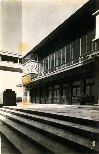 Театр им. максима Горьког. Подъезд и лестница