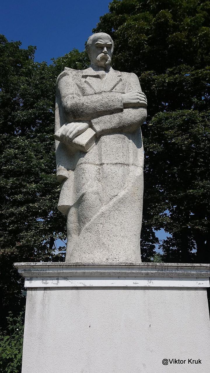 У центрі Куропатників у невеликому парку стоїть пам'ятник Тарасові Шевченку.