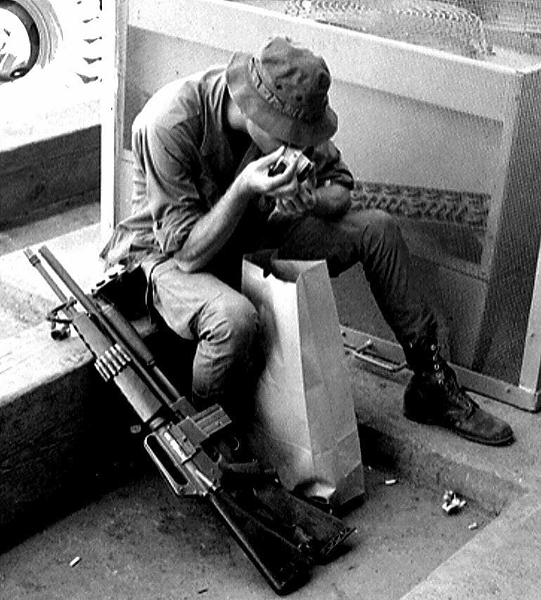 Скромные развлечения американских солдат во Вьетнаме.