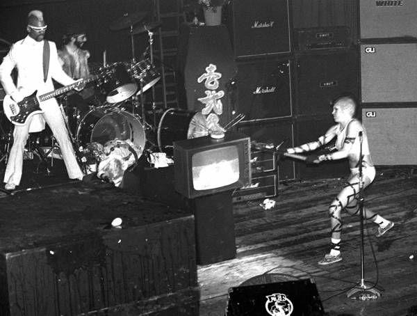 Сценический вандализм рок музыкантов.