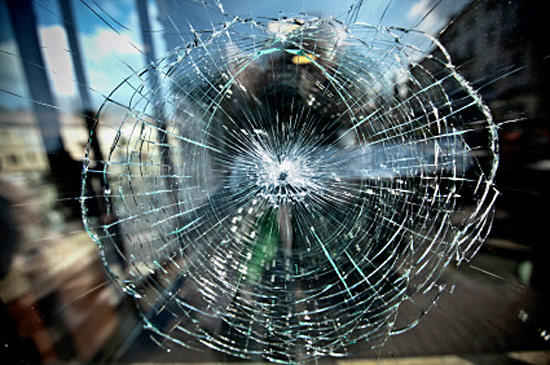 Дырка в стекле окна от пикарды