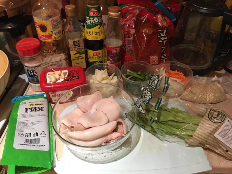 Ингредиенты для риса с острым, обжаренным кальмаром