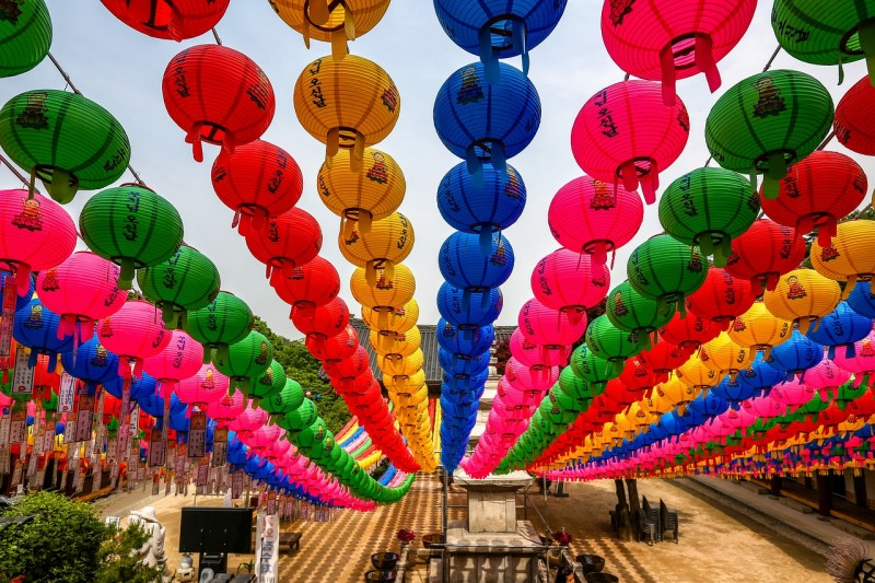 Разноцветные, бумажные фонари на День рождения Будды. Источник: pixabay.com