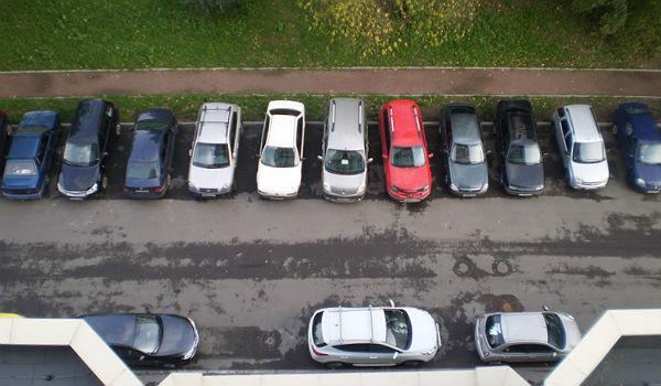 Для решения этой проблемы предлагается ввести плату за парковку на улицах и во дворах в дневное время.