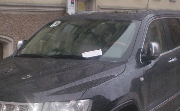 Машина с листовкой