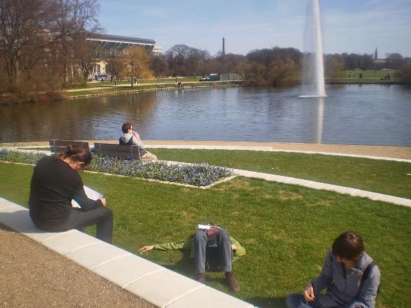 Удобный для отдыха людей парк выглядит так