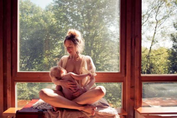 голая тетка стесняется фото