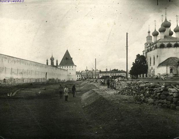 Стена Спасо-Преображенского монастыря и церковь Рождества Богородицы
