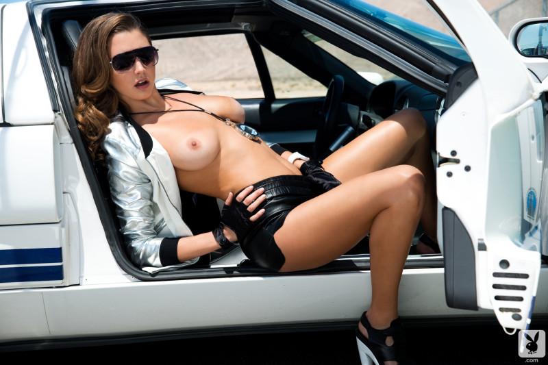 Голая девушка на машине фото #1