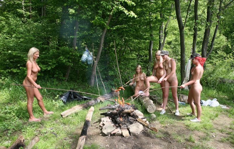 prikoli-s-golimi-telochkami-v-lesu