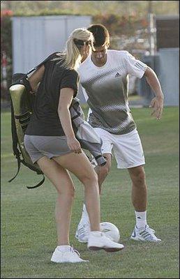 Шарапова и Джокович играют в футбол