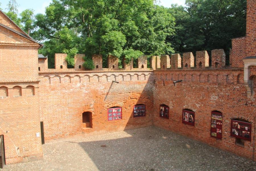 Замковый внутренний двор_1