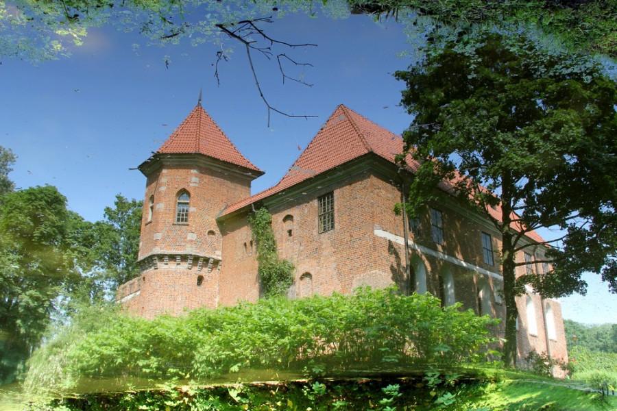 Замок в Опоруве. Отражение в воде