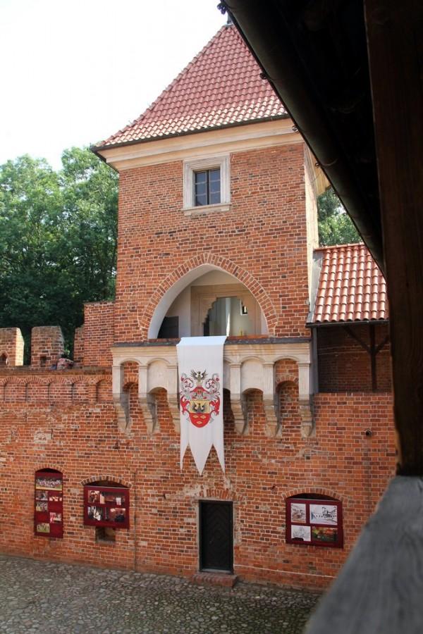 Замковый внутренний двор_3