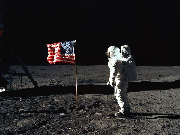 Гордо реющий под лунным ветром американский стяг