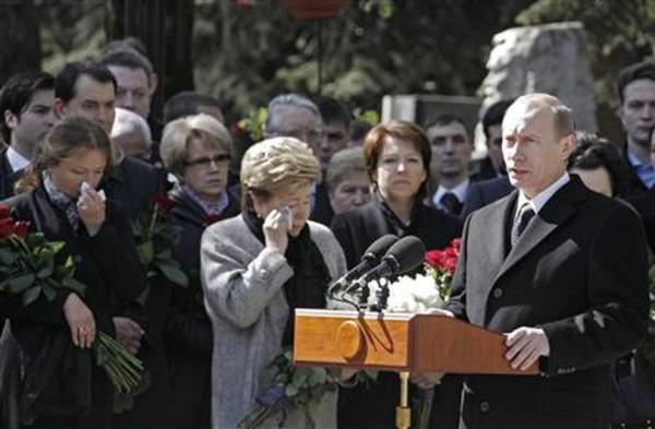 Путин у могилы Ельцина в 2008 году.