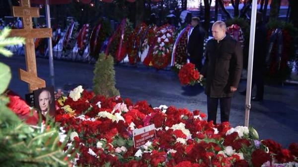 Путин у могилы Ельцина в 2021 году.