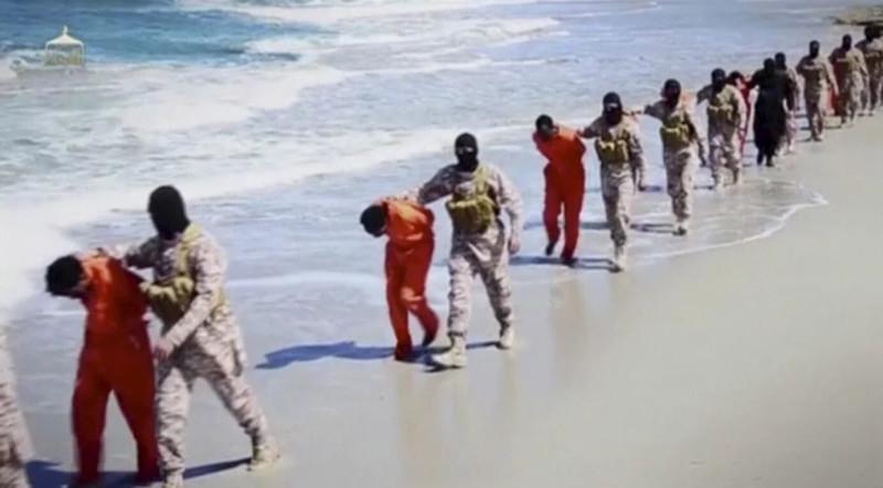 Участники ИГИЛ  (организация, запрещённая на территории РФ) ведут Эфиопских христиан в Ливии