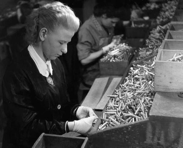 Фотографий военного производства и так немного, а фабрик и заводов в оккупированных странах и того меньше. Потому для иллюстрации использованы немецкие фотографии