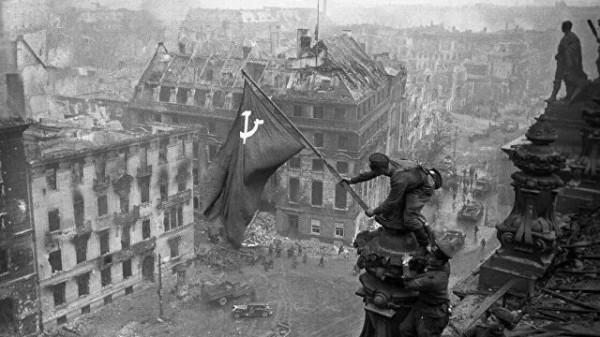 """""""Они восхищались"""": кто стоит за очернением подвигов советских солдат"""