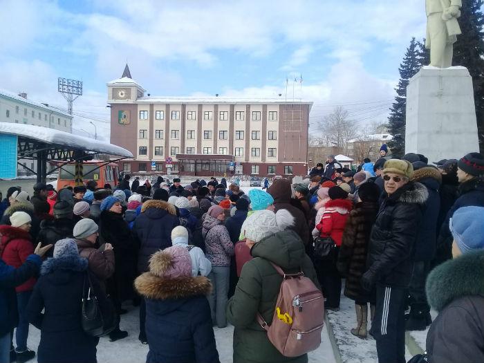 Городской сход у памятника В. И. Ленина