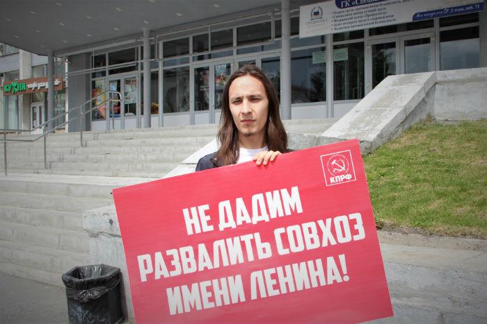Редактор интернет-ресурса Голос Урала Даниил Леонтьев возле ДК ПНТЗ