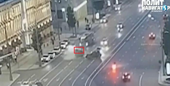 Кадр с видеозаписи камер видеонаблюдения города Москвы. Автомобиль завалился на правый бок