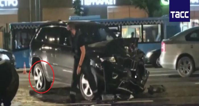 Пробитое правое заднее колесо автомобиля Михаила Ефремова