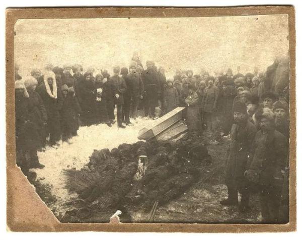 Томичи переносят тела расстрелянных участников антиколчаковского восстания