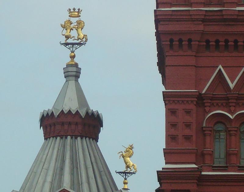 Лев и единорог дерутся на шпиле Исторического музея