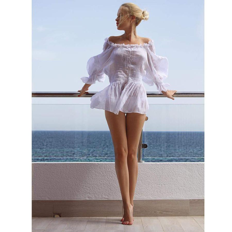 Девушка в прозрачное платье
