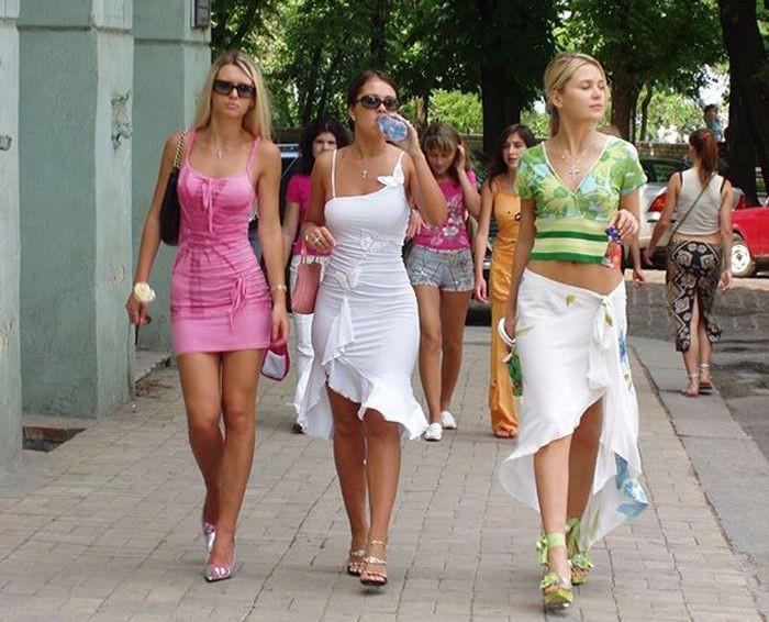 фото наулицэ девушэк откровено одетых