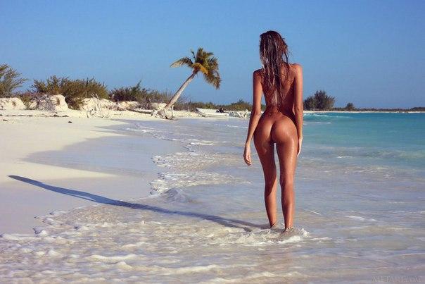 Голая на пляже женщина