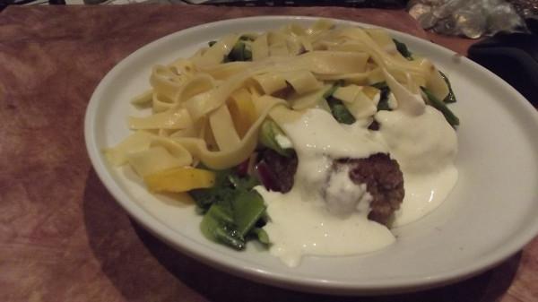 Жареные фрикадельки с салатом из мини-лапши