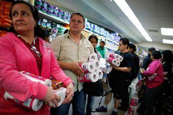 Очередь за туалетной бумагой в Каракасе