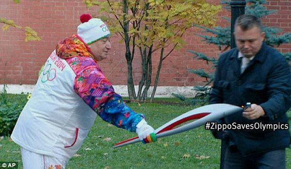 Олимпийский огонь зажигается от Zippo