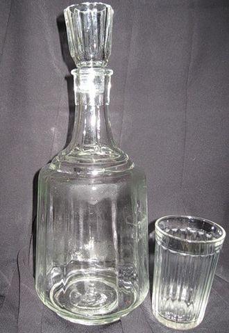 Графин и граненый стакан