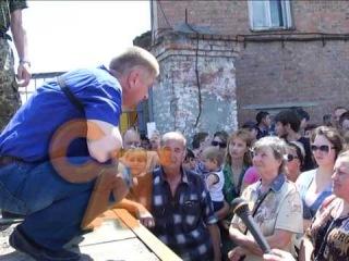 Пономарев на корточках