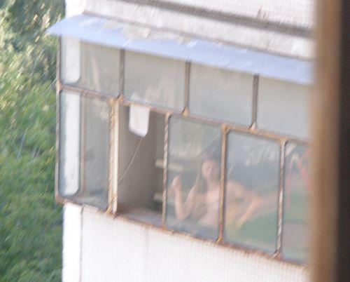 Фотографии голой соседки в окне толстый хер