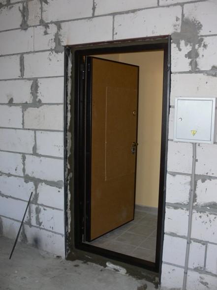 Установка входной металлической двери в доме