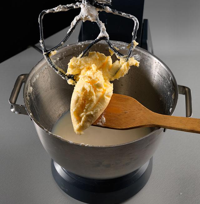 Сливочное масло вырабатывают двумя методами: сбиванием заранее подготовленных 30—45%-х сливок в маслоизготовителях...