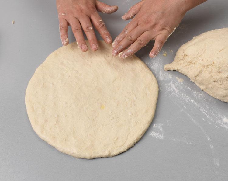 Не забудьте смазать стол, иначе тесто прилипнет! Или растягивайте тесто на особых ковриках, предназначенных для этого.