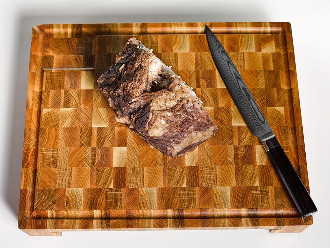Стейк-мясо-на-доске.jpg